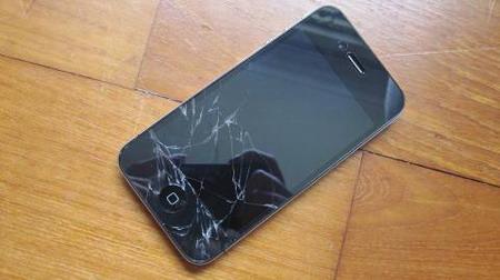 Mặt kính iPhone bị vỡ cũng là nguyên nhân gây mất cảm ứng